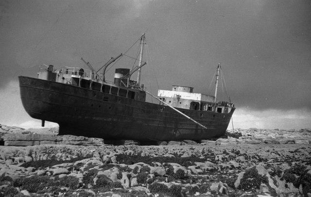 La Plassey affondò nel 1960 e si arenò sulla spiaggia di Inis Oirr (Inesheer, Isole Aran, Irlanda). Eccola in una foto nel 1982.