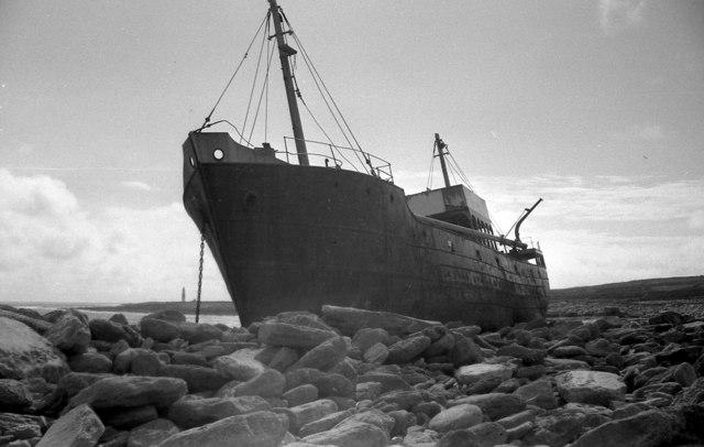 Il relitto della Plassey sulla spiaggia di Inis Oirr (Inesheer, Isole Aran, Irlanda), come era nel 1962.