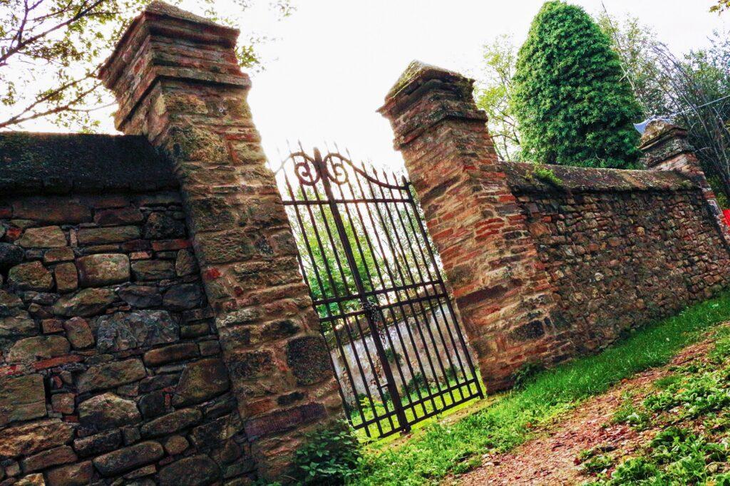 I resti del borgo abbandonato di Castelnuovo