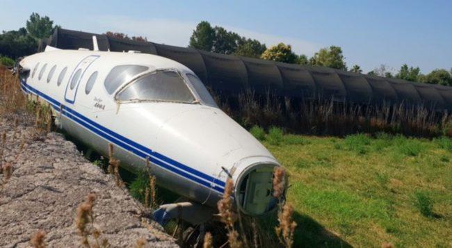 L'aereo abbandonato in un campo a Napoli